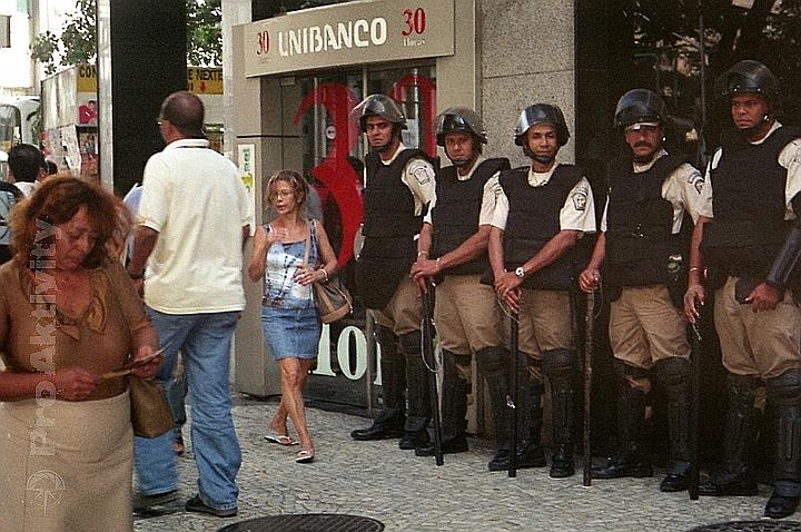 Brazílie - RdJ - ostraha před bankou