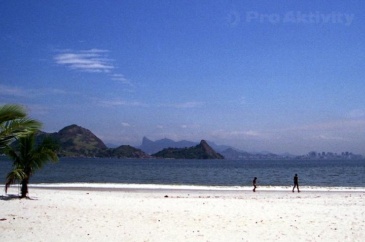 Brazílie - Niterói - pláž São Francisco, pohled na RdJ