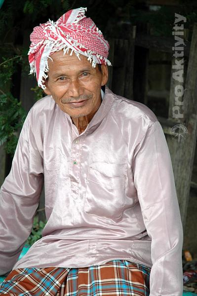 Malajsie - Tumpat - kouzelný dědeček na autobusové zastávce
