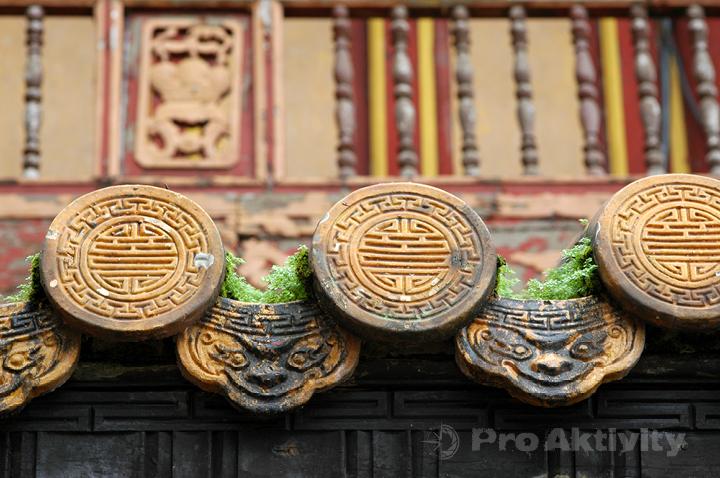 Vietnam - Hue - Císařské město, brána Ngo Mon (1833), střešní tašky