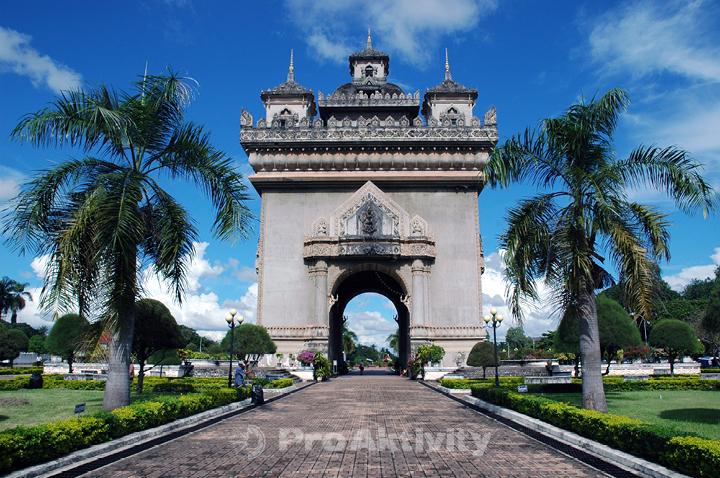 Laos - Vientiane - brána Patu Xay, celá z betonu