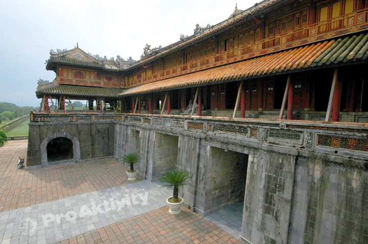 Vietnam - Hue - Císařské město, brána Ngo Mon (1833)