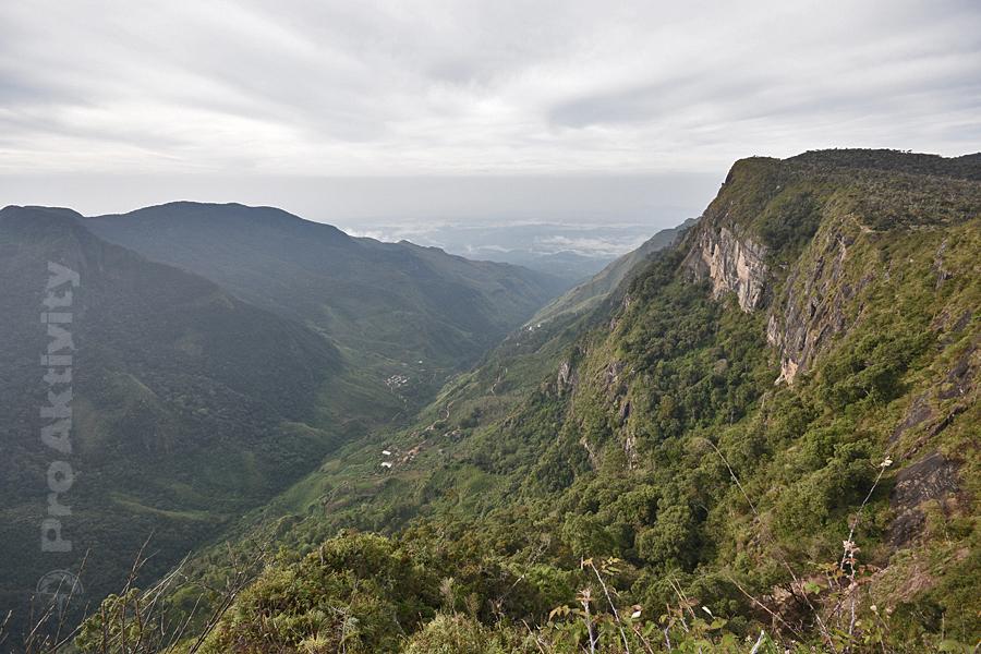 Šrí Lanka - Hortonovy pláně - pohled na vyhlídku Konec světa