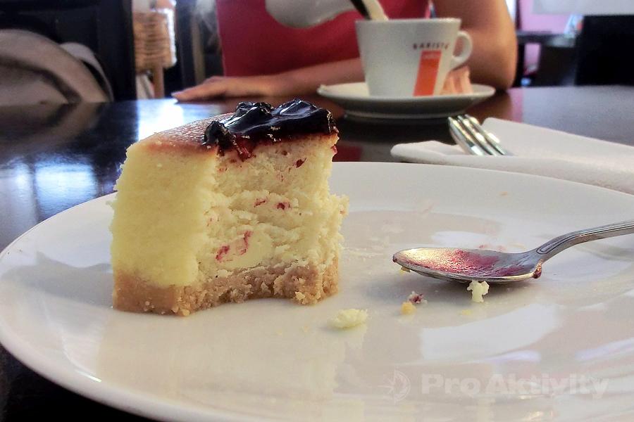 Šrí Lanka - Mirissa - tvarohový koláč v klimatizované kavárně, kýč jak bič :-)