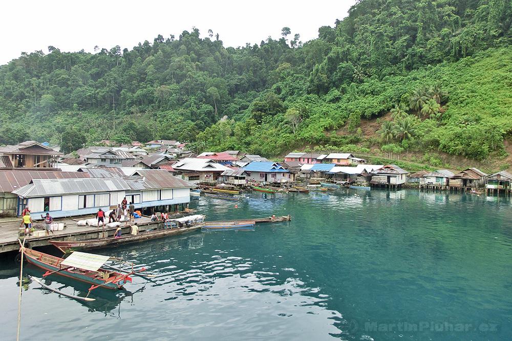 Togianské ostrovy, přístav Dolong, za chvíli vyplouváme