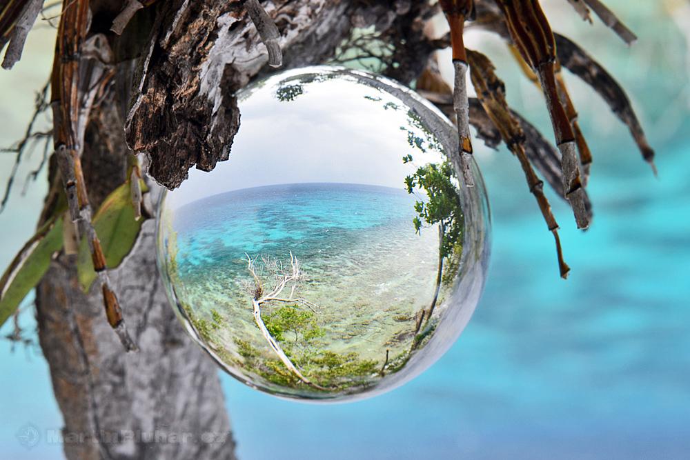 Togianské ostrovy, ostrov Malenge a skleněná koule
