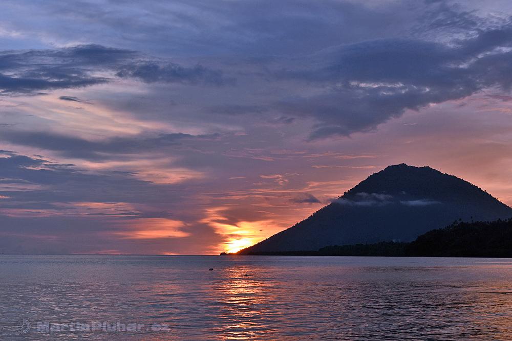 Ostrov Bunaken, západ Slunce nad ostrovem Manadotua