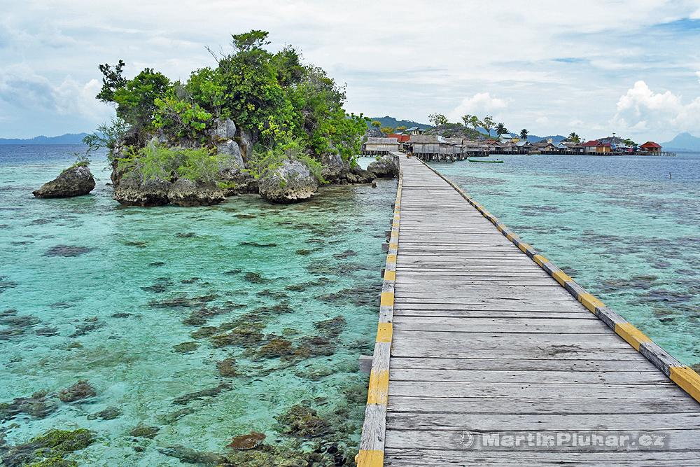 Togianské ostrovy, ostrov Malenge, vesnička mořských cikánů