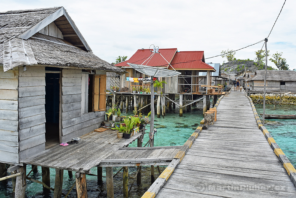 Togianské ostrovy, ostrov Malenge, domky mořských cikánů