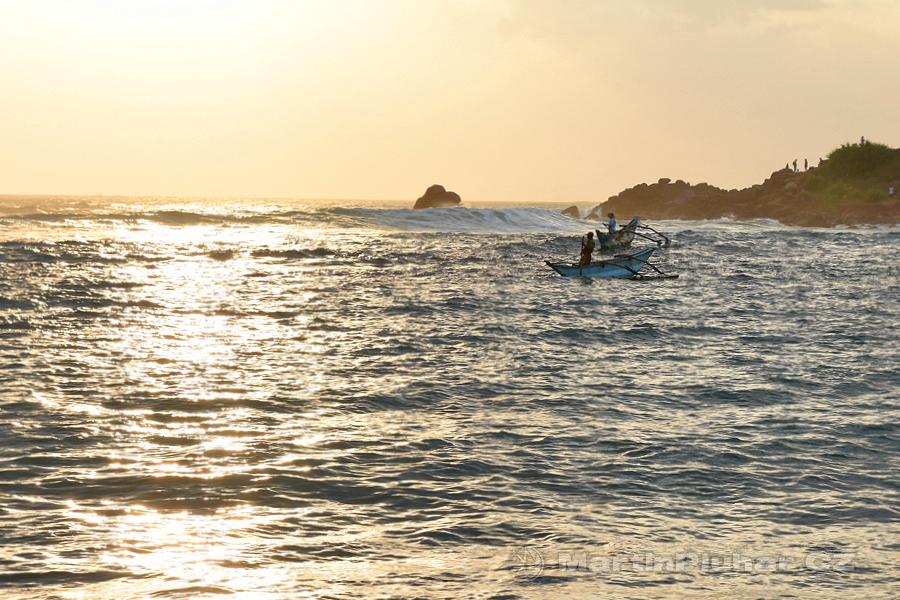 Mirissa - Rybáři v zapadajícím slunci