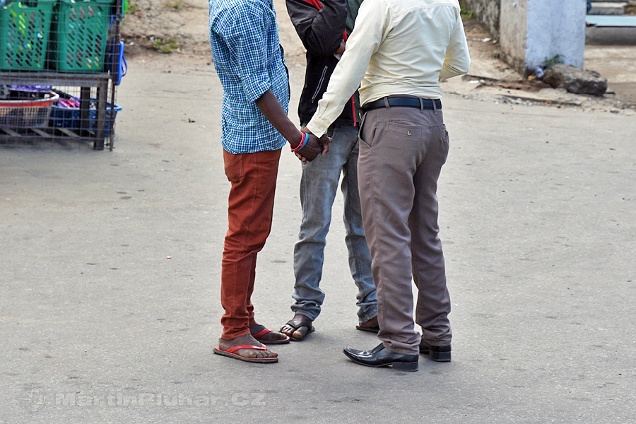 Nanuoya - V některých kulturách je běžné že se muži drží za ruce, i když to nejsou homosexuálové