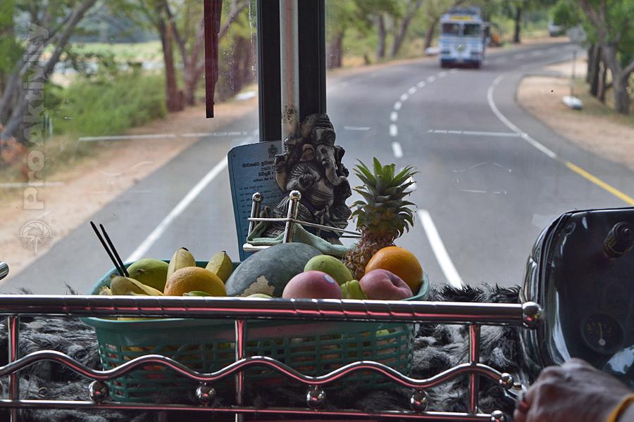 Šrí Lanka - bus Polonnaruwa-Habarana - obětiny Ganéšovi