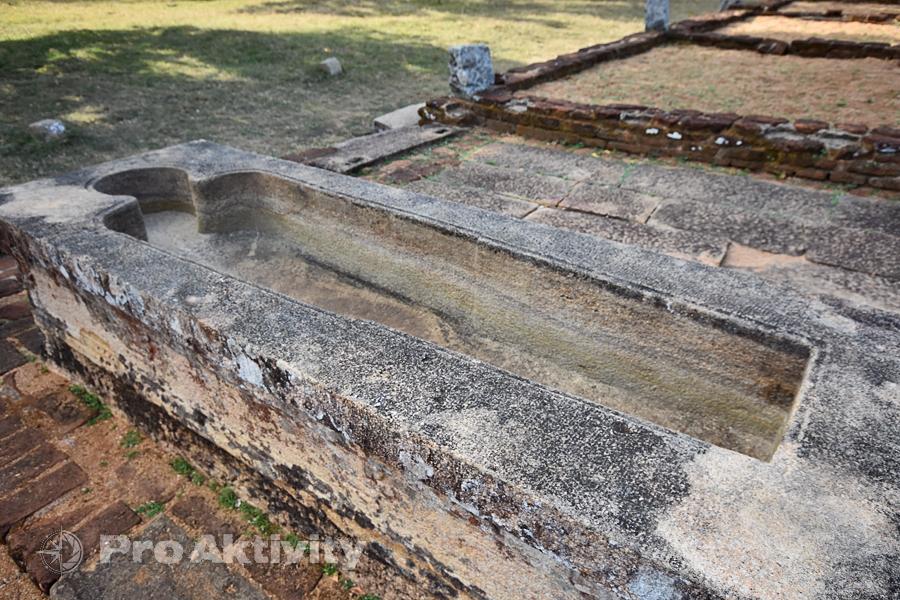 Šrí Lanka - Mihintalé - kamenná vana