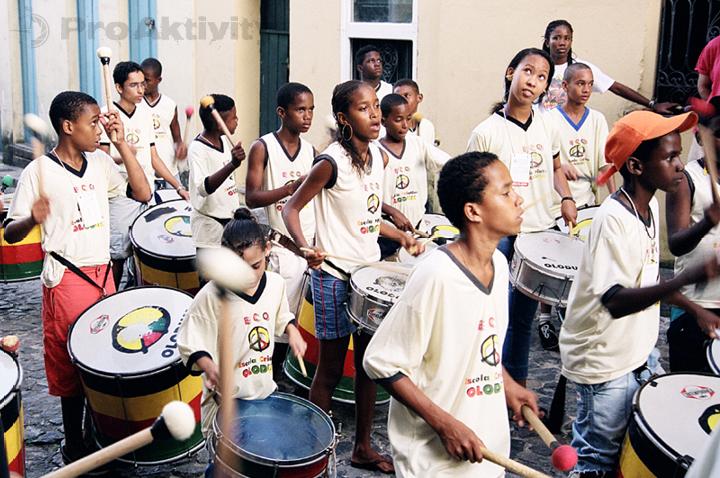 Brazílie - Salvador - pouliční představení bubenické školy