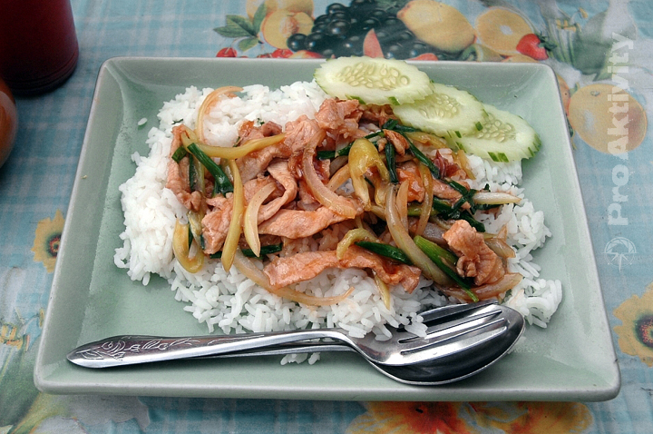 Thajsko - Prachuap Khiri Khan - pouliční maso s rýží, 12-20 Kč