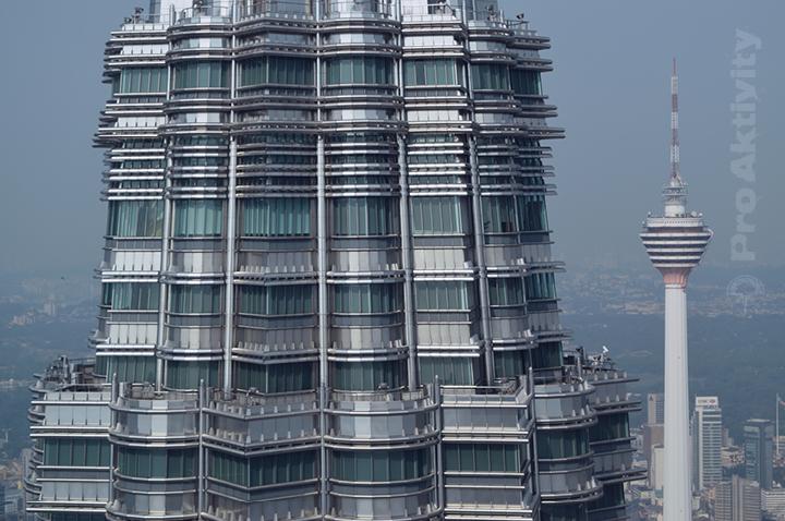 Malajsie - Kuala Lumpur - Petronas Twin Towers, 370 metrů na zemí