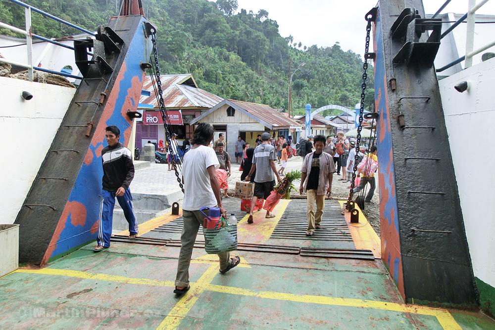 Togianské ostrovy, přístav Dolong, po šesti hodinách plavby na pevné zemi