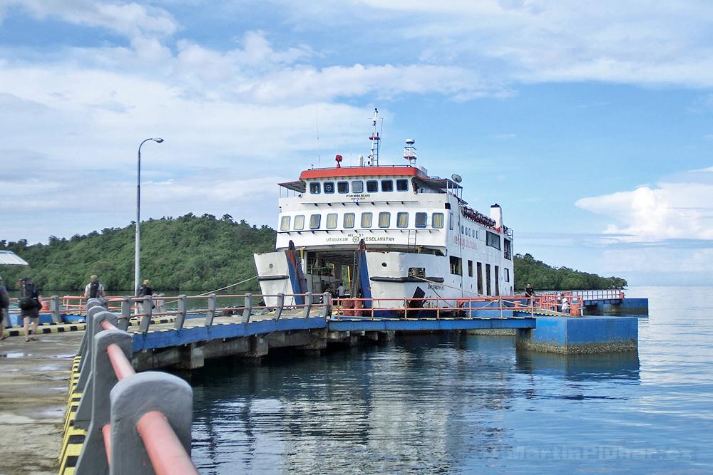 přístav Bumbulan, trajekt na Togianské souostroví