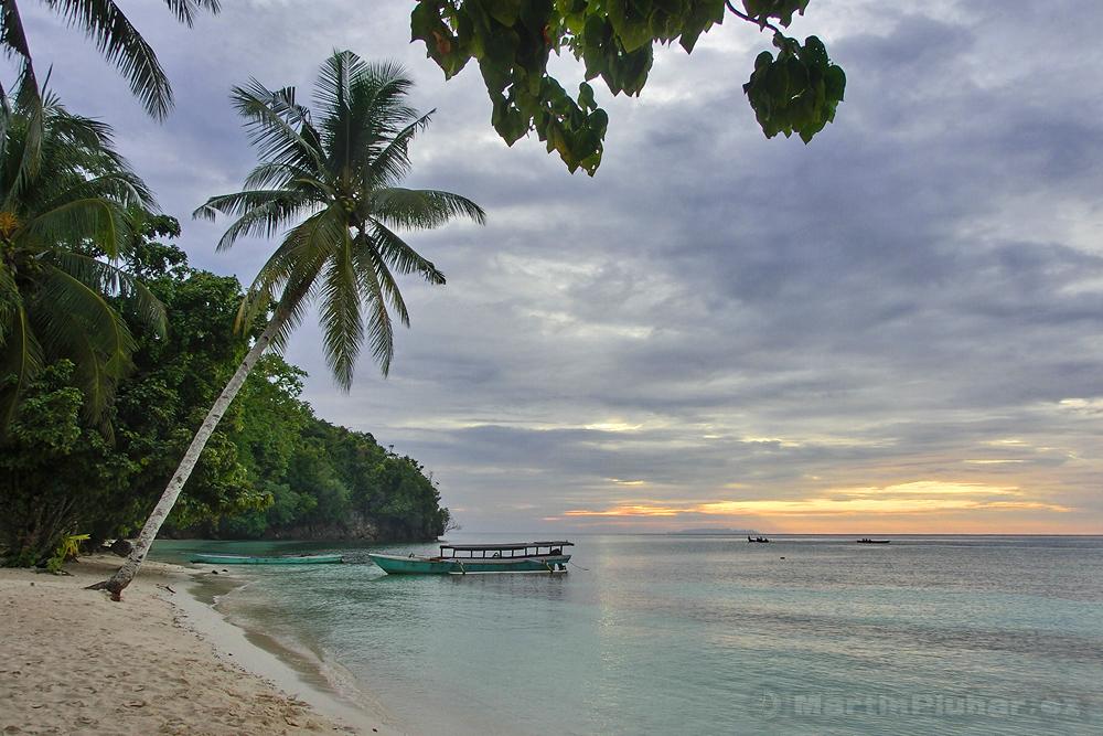 Togianské ostrovy, ostrov Malenge, západ Slunce z pláže Malenge Indah