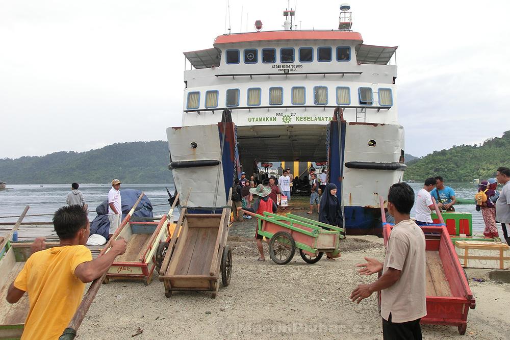Togianské ostrovy, přístav Dolong, trajekt do Bumbulanu