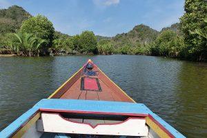 ostrov Sulawesi - oblast Rammang-Rammang - plavba na loďce