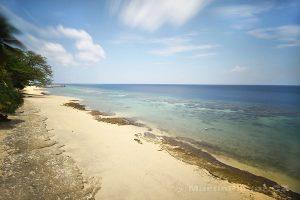 Moluky, Bandské ostrovy - ostrov Ay - výhled z balkonu Green Coconut GH