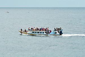 Moluky, Bandské ostrovy - ostrov Ay - připlouvá člun z Bandaneiry