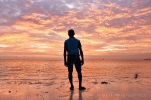 Moluky, Keiské ostrovy - Malý Keiský ostrov - Ohoililir - pláž Pasir Panjang při západu slunce