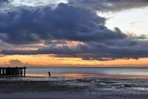 Moluky, Keiské ostrovy - Malý Keiský ostrov - molo v Ngurbloat při západu slunce