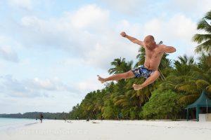 Moluky, Keiské ostrovy - Malý Keiský ostrov - skok ala Bruce Lee na pláži Pasir Panjang
