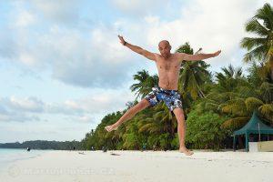Moluky, Keiské ostrovy - Malý Keiský ostrov - Ngurbloat - skok radosti na pláži Pasir Panjang