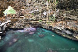 Moluky - ostrov Ambon - skalní útvar u Liliboi