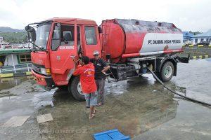Moluky - ostrov Ambon - přístav Tuleh - tankování paliva do lodi