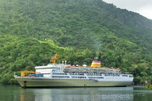 Moluky, Bandské ostrovy - Banda Neira - loď Nggapulu připlouvá