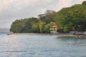 Moluky, Bandské ostrovy - ostrov Ay - Coconut GH z přístavního mola