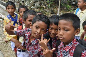 Moluky, Bandské ostrovy - ostrov Ay - školáci se předvádí před objektivem