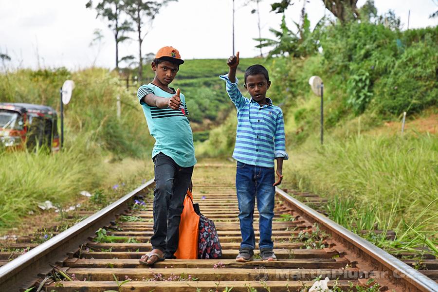 Radella - Čekáme na vlak a kolemjdoucí kluci se sami od sebe otočili a zapózovali