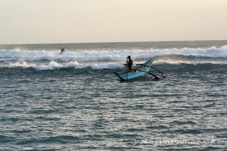 Mirissa - Rybář a surfer v zapadajícím slunci