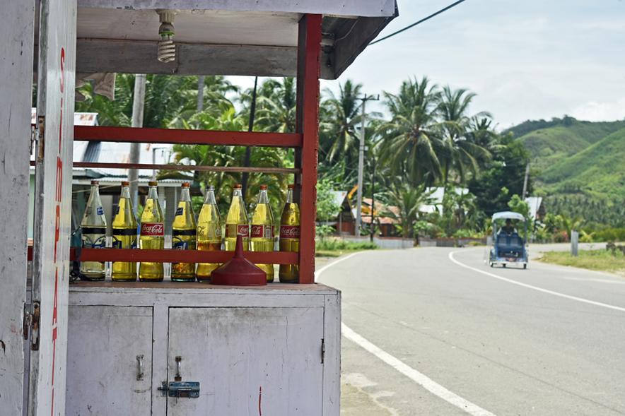 Bolihutuo • Prodej benzínu u Trans Sulawesi Highway