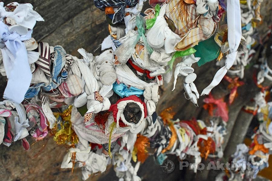 Šrí Lanka - Trinkomalé - modlitební stuhy na skále Swami