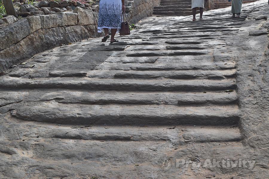Šrí Lanka - Mihintalé - kamenné schody